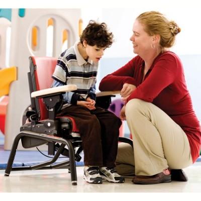 Το κάθισμα μπορεί να ρυθμιστεί ώστε το παιδί να πατά στο έδαφος για να εκπαιδευτεί σε δραστηριότητες όπως η ορθοστάτηση