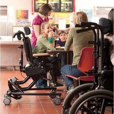 Χάρη στην ανυψούμενη βάση το κάθισμα ρυθμίζεται στο ύψος που χρειάζεται  ώστε το παιδί να συμμετέχει σε δραστηριότητες