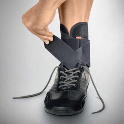 O νάρθηκας πτώσης άκρου ποδός Neurodyn Comfort μπορεί να τοποθετηθεί εντός του παπουτσιού