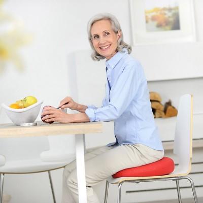 Το κάθισμα Sissel Sitfit Plus διορθώνει τη στάση του σώματος ανακουφίζοντας από τους πόνους