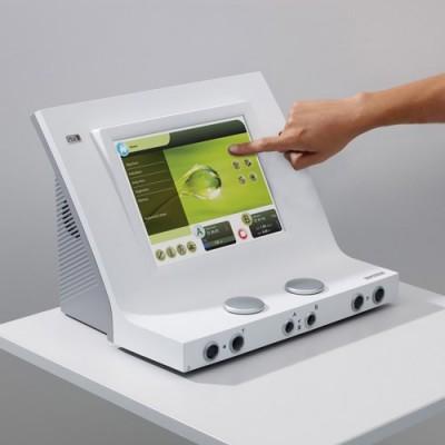 Ο χειρισμός της συσκευής γίνεται μέσω της μεγάλης έγχρωμης οθόνης αφής 10,4 ιντσών