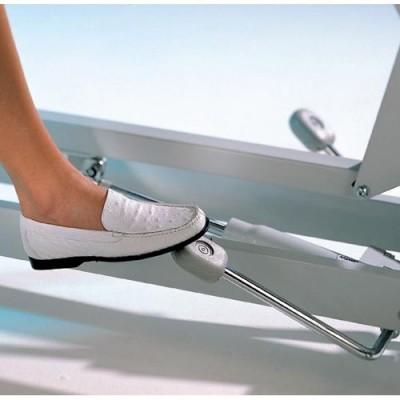Η ρύθμιση του ύψους μπορεί κατ΄επιλογή να γίνεται με υδραυλικό μηχανισμό με ποδοχειριστήριο